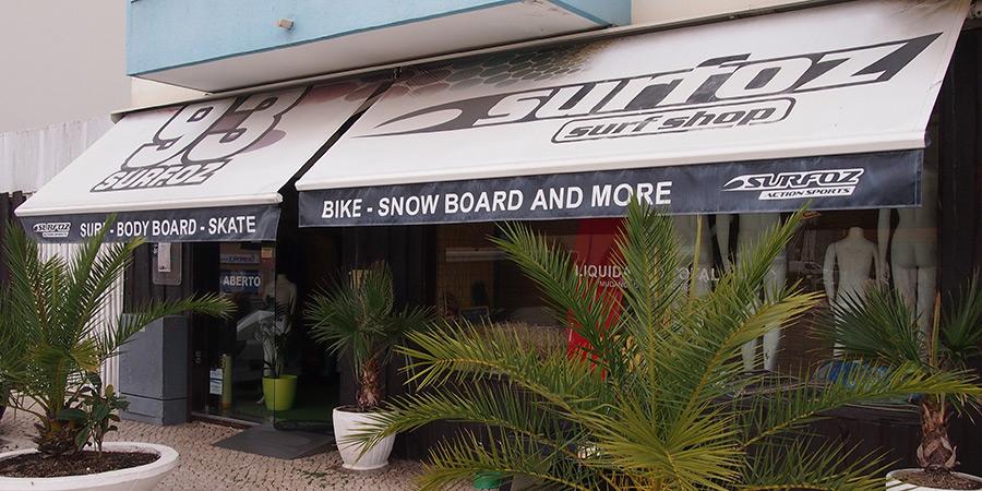 Surfoz 93 är en av många butiker i Caldas da Rainha och erbjuder ett stort utbud av produkter för surfing.
