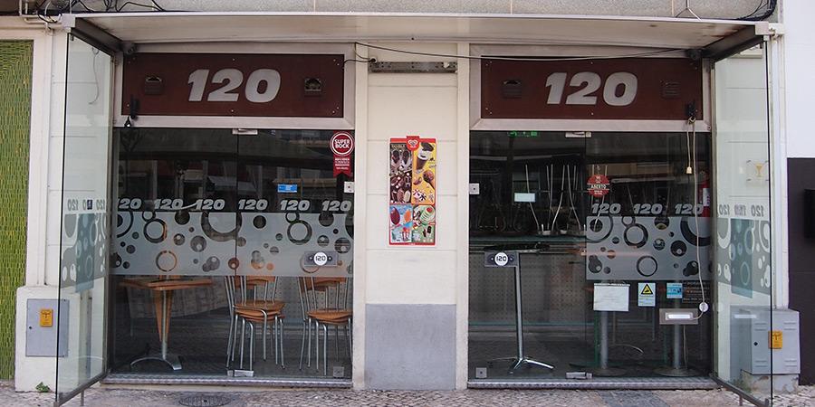 Bar 120 är en av flera populära barer i Caldas da Rainha