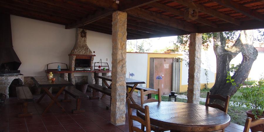 Vingårdar nära Caldas da Rainha, här den mysiga uteplatsen på vingården Farm Holidays Silver Coast i Portugal